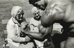 arnold-schwarzenegger-with-two-old-ladies
